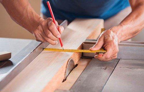 Candi Habitat obras y reformas barcelona carpintero trabajando madera