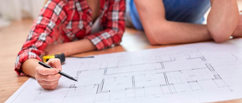 Candi Habitat obras y reformas barcelona pareja revisando plano de su piso