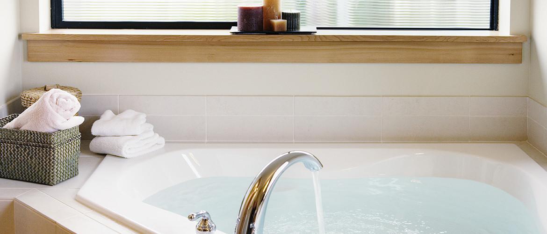 Spa-bañera esquinera en baño recién reformado