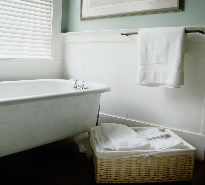 Baño reformado con bañera de pies