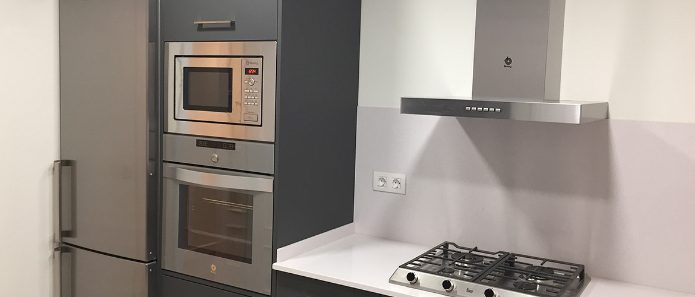Candi Habitat cocina reformada con electrodomésticos y muebles incluidos