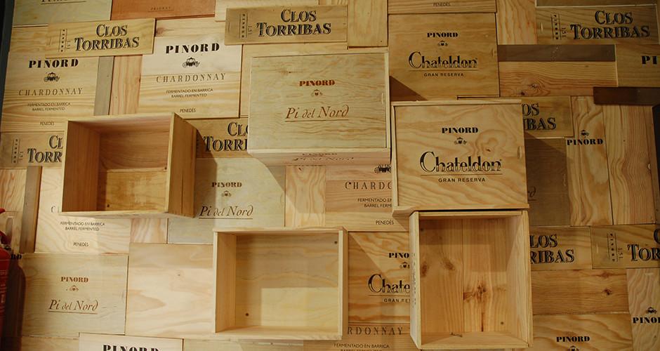 Candi Habitat detalle reforma local La Neura pared decorada con maderas de cajas de vinos